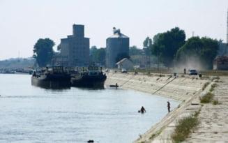 Accident naval pe Dunăre. Un tânăr este dat dispărut după ce o ambarcațiune condusă de un bărbat băut s-a răsturnat