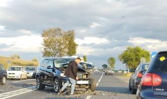 """Accident pe """"șoseaua morții"""" E585, între două localități din Iași: un BMW a intrat în coliziune cu o camionetă"""