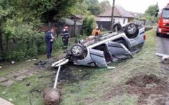 Accident pe DN6, cu o masina rasturnata in afara partii carosabile