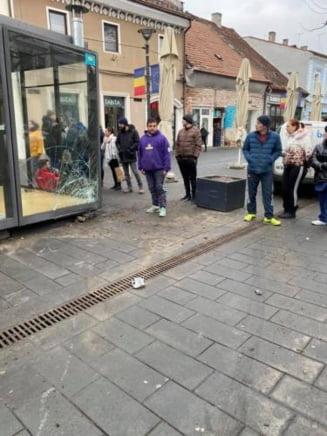 Accident pe Eroilor! I-au spart chioscul lui Boc de 30.000 de euro - FOTO