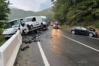 Accident pe ruta Cluj-Oradea: Un sofer oradean a pierdut controlul si a izbit un autovehicul cu platforma