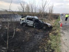 Accident provocat de un incendiu, pe drumul spre Oinacu. O masina a ars, doi oameni au ajuns la spital