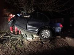 Accident rutier cu victime, la Tarnava; O masina s-a izbit de un copac