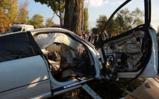Accident rutier produs pe fondul vitezei excesive. Soferul vinovat a pierdut controlul directiei si s-a oprit cu masina intr-un copac ornamental