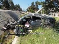 Accident spectaculos de circulatie, la Poiana Stampei. Un sofer lituanian a intrat cu masina intr-un cap de pod si a pus la pamant un stalp de electricitate FOTO