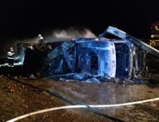 Accident spectaculos pe Autostrada Soarelui: Un tir s-a rasturnat, a distrus parapetele pe zeci de metri si a luat foc (Foto&Video)