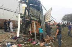 Accident teribil soldat cu zeci de victime: Un tren a rupt in doua un autocar