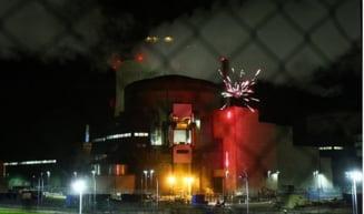 Activistii Greenpeace au lansat artificii din perimetrul unei centrale nucleare din Franta