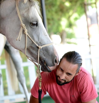 Actorul Denis Stefan face spectacol de dresaj la Salonul Calului