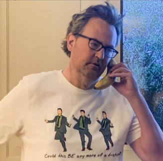 """Actorul Matthew Perry lanseaza o linie vestimentara inspirata de personajul sau din """"Friends"""". Fondurile vor ajuta OMS in lupta cu COVID"""