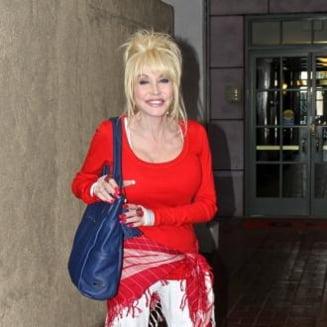 Actrita si cantareata Dolly Parton a avut un accident de masina