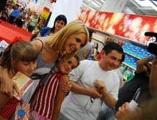 Adela Popescu da autografe la Carrefour Orhideea