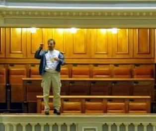 Adrian Sobaru, cel care s-a aruncat de la balconul Parlamentului, vrea sa fie deputat