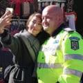 """Agitatoarea Oana Lovin, selfie cu politistul care a dus-o pe scurtatura la moaste. """"Stim ce a urmat: cativa s-au imbrancit cu jandarmii, iar autoritatile au cedat"""""""