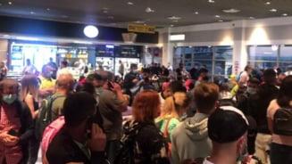 Aglomeratie la Aeroportul Iasi. Pasageri care nu respecta distantarea sociala si care poarta mastile doar de forma