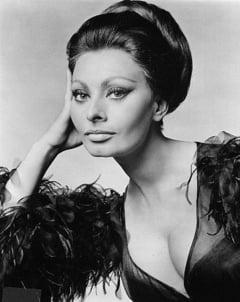 Ai zice ca are 81 de ani? Sophia Loren, cu decolteu pe covorul rosu (Foto)