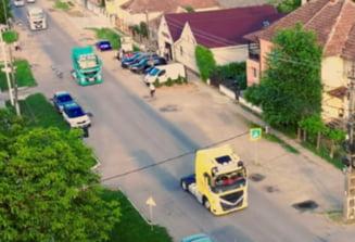 Alai de nunta cu TIR-uri intr-o comuna din Romania. Cum au ales doi tineri sa-si uneasca destinele VIDEO