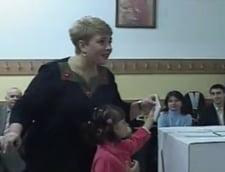 Alegeri: Teo Trandafir a incalcat legea intrand cu Maia in cabina de vot