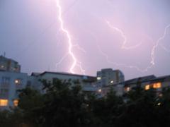 Alerta meteo de ploi, vijelii si grindina pentru miercuri si joi