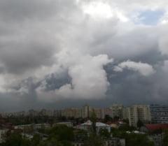 Alerta meteo in Bucuresti: Ploi torentiale, descarcari electrice si vant puternic