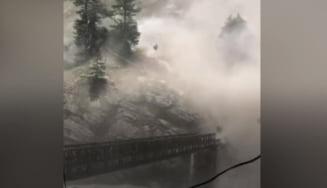 Alunecări de teren catastrofale în nordul Indiei: 9 victime și un pod distrus după căderea unor stânci VIDEO