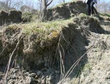 Alunecari de teren in Buzau: Sute de persoane sunt izolate