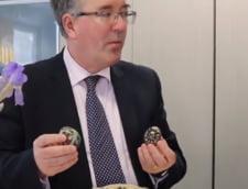 Ambasadorul Marii Britanii si-a prezentat pe Facebook colectia de oua incondeiate din Bucovina, veche de 30 de ani (Video)