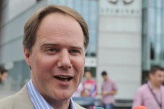 Ambasadorul britanic la Bucuresti a impartit supa si haine oamenilor strazii