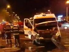 Ambulanta care transporta un pacient COVID-19, implicata intr-un accident grav, in Capitala