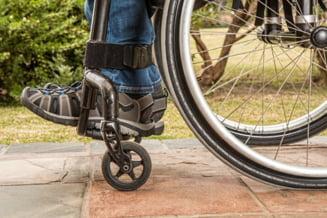Amenda de 10.000 de lei pentru o firma de taxi din Targu Mures, dupa ce unul dintre angajati a refuzat sa transporte un copil in scaun cu rotile