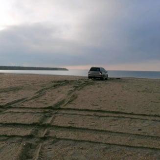 Amenda primita de un tanar care s-a plimbat cu masina pe o plaja din Constanta. Politistii au gasit si o punga cu un produs cu efect psihotrop