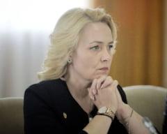 Amenintata cu plangerea penala, Carmen Dan vine cu o solutie pentru cozile infernale: Pasapoarte valabile 10 ani