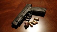 Anchetă la Brăila: Un jandarm a luat de pe masă pistolul unui poliţist şi a tras un foc în podea