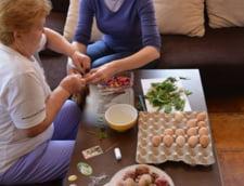 Andreea Paul pregateste ouale de Paste cu mama sa