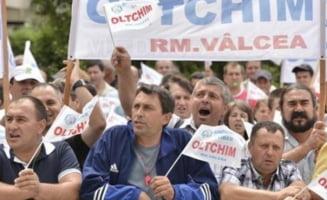 Angajatii de la Oltchim au suspendat greva foamei pana luni