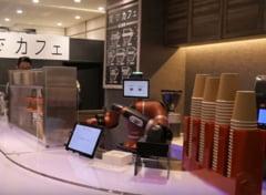 Angajatii unei cafenele din Tokyo au fost inlocuiti de un robot care face singur cafeaua si o serveste (Video)