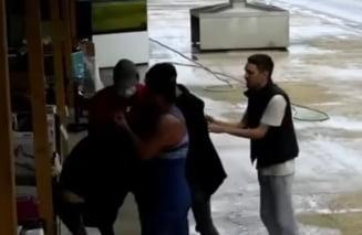 Angajatii unui magazin, snopiti in bataie de un clan interlop pentru ca patronul ar fi refuzat sa plateasca taxa de protectie VIDEO