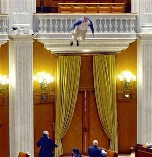 Angajatul TVR care s-a aruncat de la balconul Parlamentului, in presa internationala