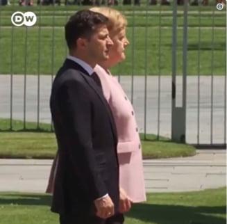 Angela Merkel, cuprinsa de un tremurat, mai multe minute, la o ceremonie oficiala (Video)