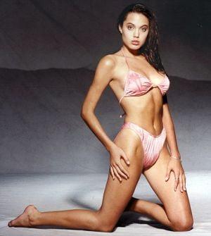 Angelina Jolie a avut o aventura cu iubitul mamei ei, la 16 ani