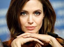 Angelina Jolie socheaza din nou: Ce operatie mai planuieste vedeta