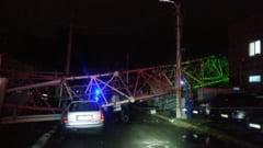 Antenă GSM prăbușită în București din cauza furtunii violente. Două persoane rănite de muntele de fiare VIDEO