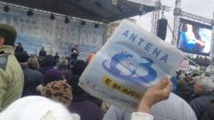 """Antenele au iesit in strada, Fiscul le scoate sediile la licitatie: """"Domnule Ciolos, Basescu este presedintele dvs!?"""""""
