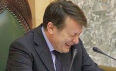 Antonescu il ironizeaza pe Ponta, dupa ce premierul si-a mutat biroul la MApN