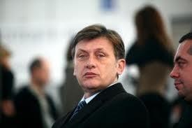 Antonescu insista sa fie sef, nu se transforma in lider (Opinii)