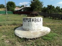 Apa fantanilor din satul Izvoarele nu este potabila / Localnicii primesc 15.000 de litri de apa imbuteliata