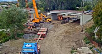 Apar primele PROBLEME la construirea podului peste Aries din Turda. INTARZIERI la montarea conductelor de apa
