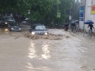 Apele au facut prapad in Crimeea. Orasul Yalta este inundat iar autoritatile au impus starea de urgenta VIDEO