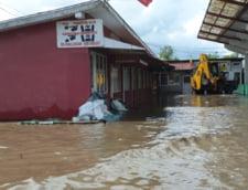 Apele revarsate au facut prapad: Pompierii au salvat oameni din viitura, sute de sate sunt inundate, iar drumurile impracticabile (Galerie foto)