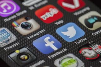 """Aplicatiile mobile, tot mai cautate in pandemie. Cat timp petrecem zilnic """"pe telefon"""""""